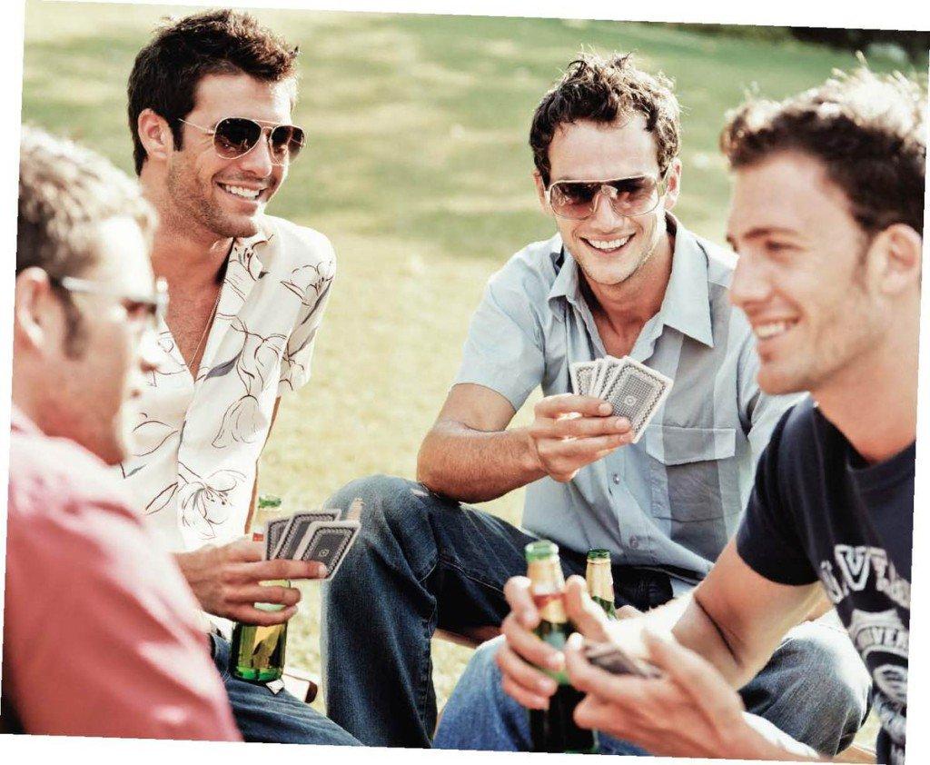 Парни играют в карты фото 505-967