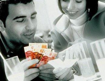 девушка платит за своего парня в ресторане