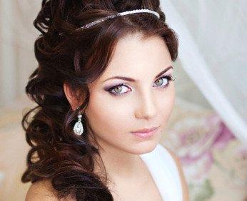 1373808718_8-svadebnye-pricheski-v-grecheskom-stile