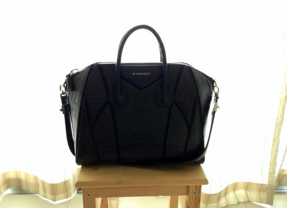 9bfc6fabbc1c В офис такую сумочку вряд ли можно взять, а вот на тренировку или же  прогулку вполне. Если говорить о вместительности сумочки, то здесь ей явно  нет равных.