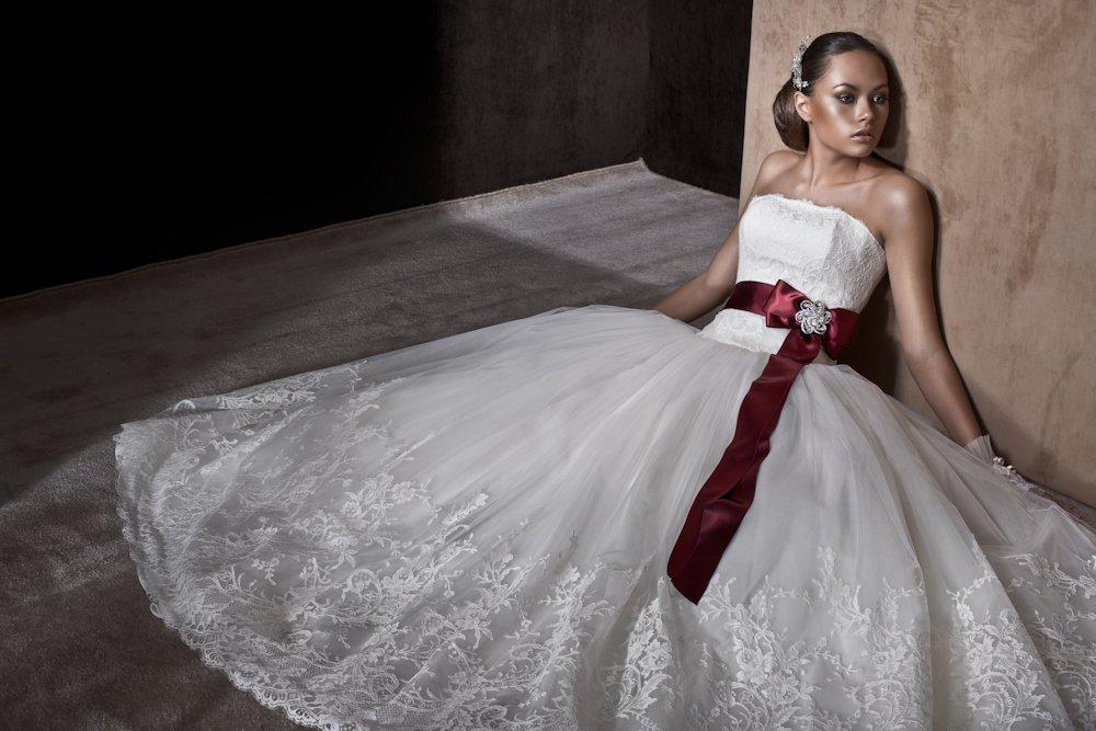 Кому подойдет красная лента на свадебном платье